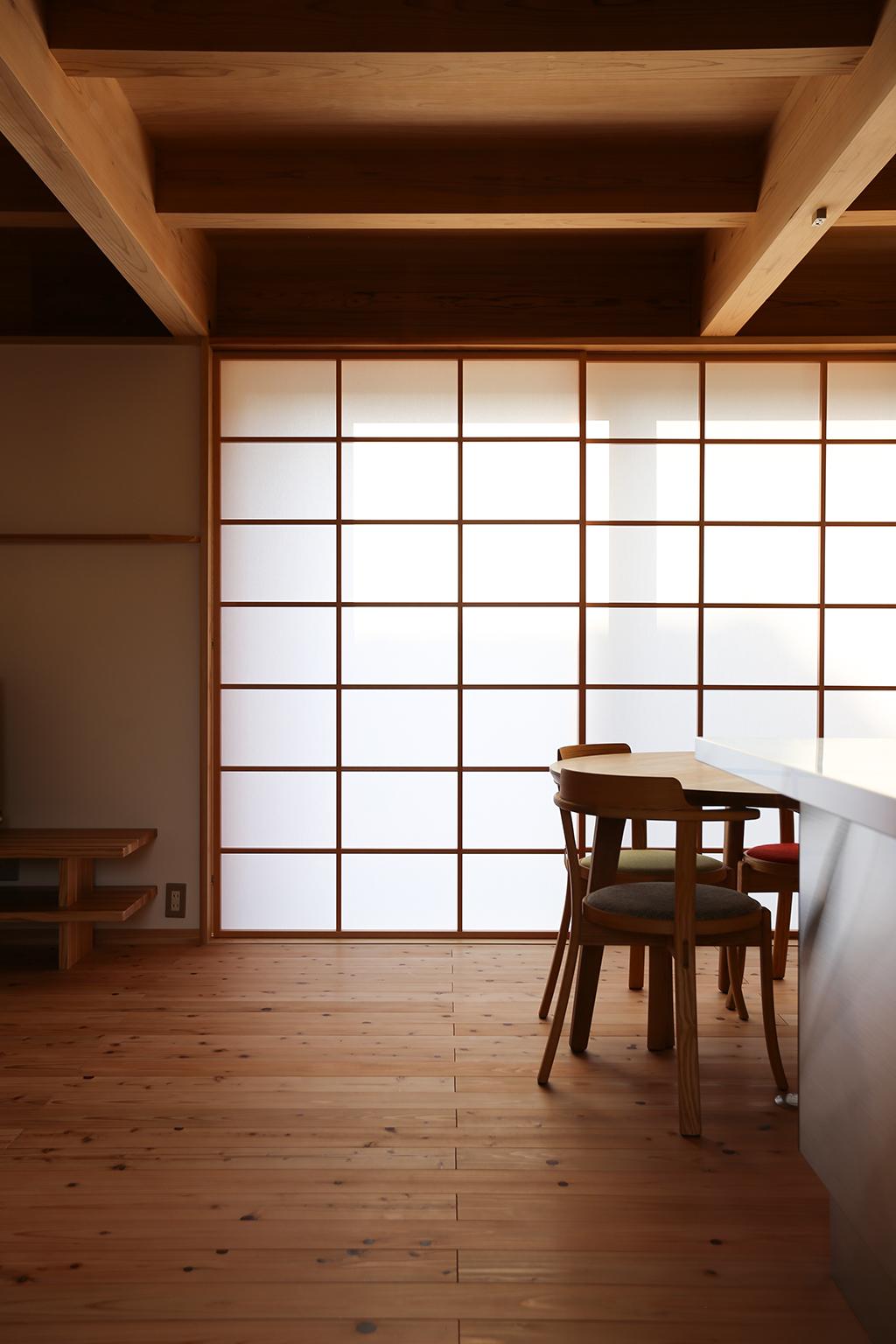 姫路市の木の家 キッチン前からダイニングを見る