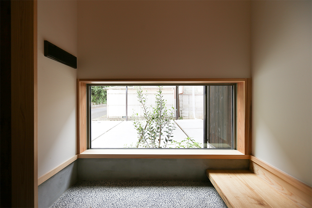神戸市の木の家 植栽の緑が見える玄関