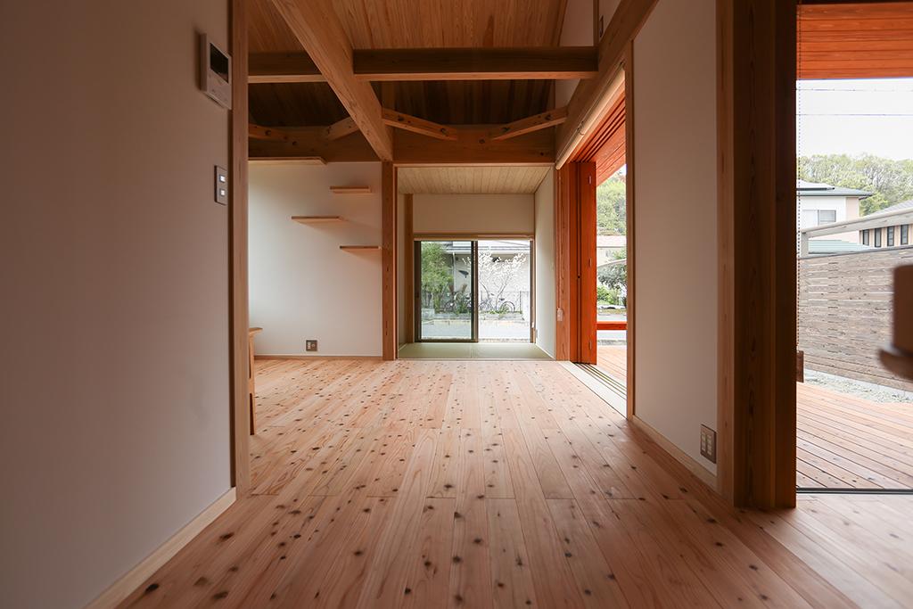 姫路市の木の家 ダイニングからリビングを望む