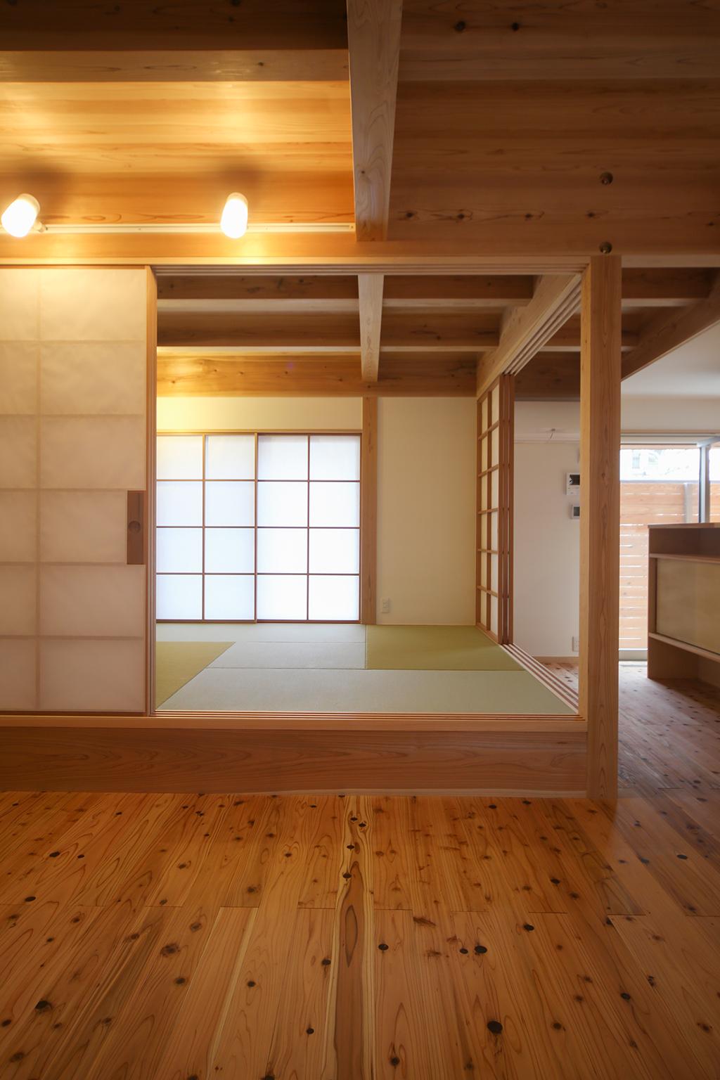 加古川市の木の家 リビングから和室を見る