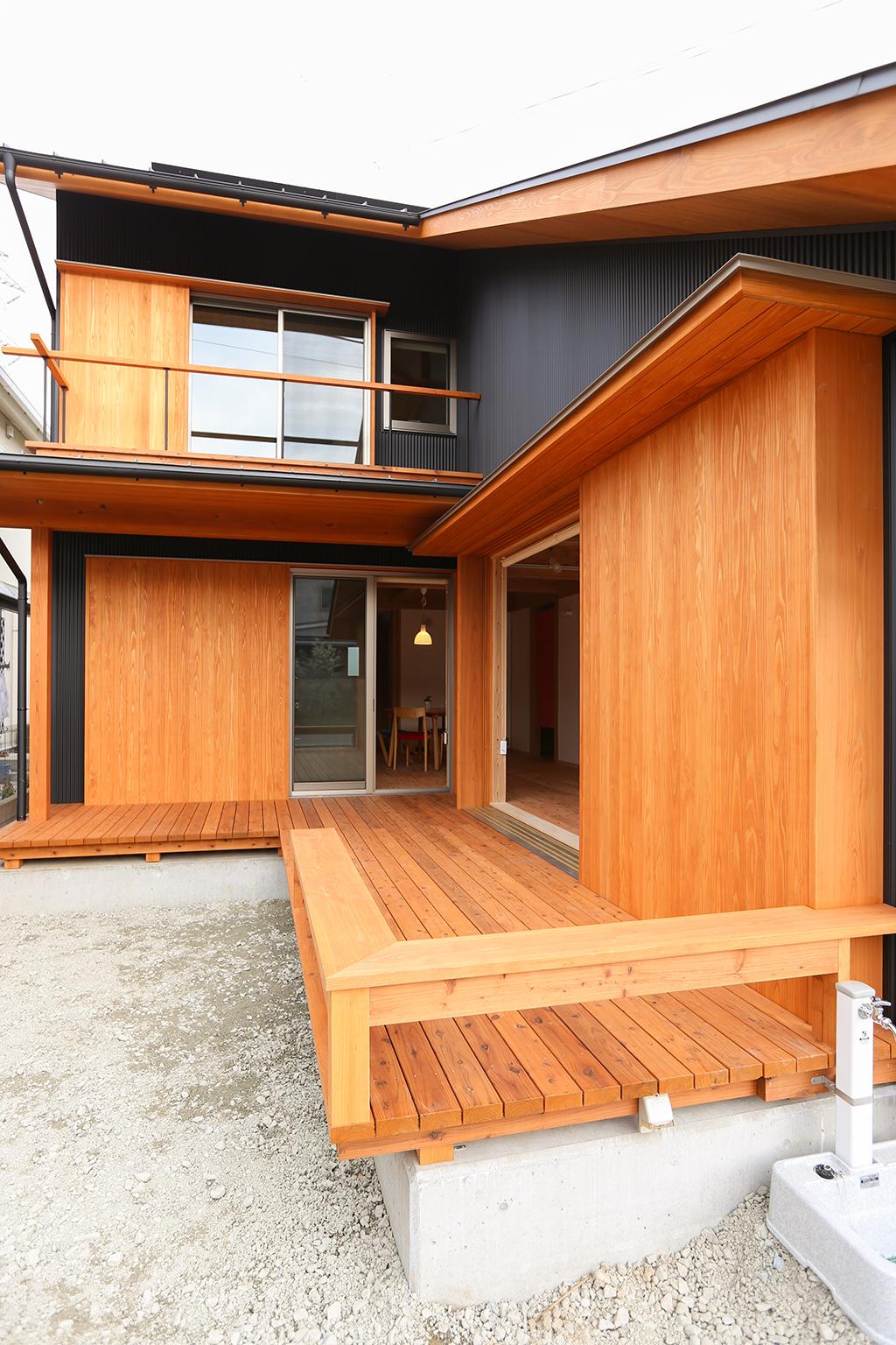 姫路市の木の家 使い勝手の良いL型のデッキ