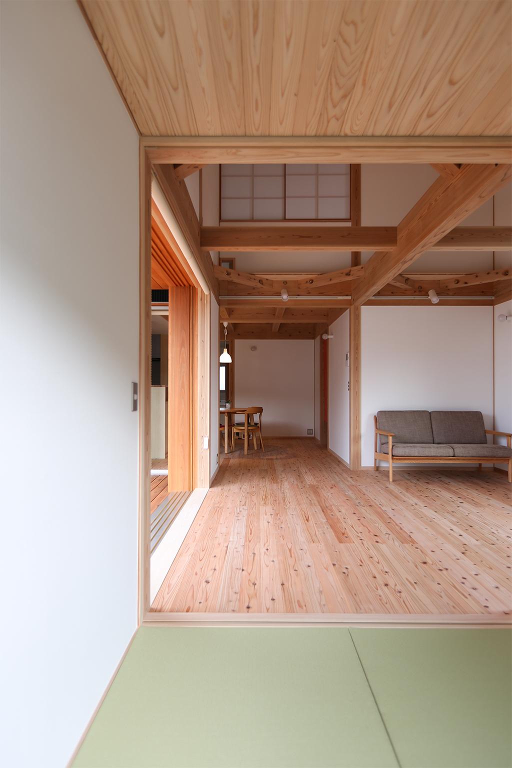 姫路市の木の家 客間からリビングを見通す