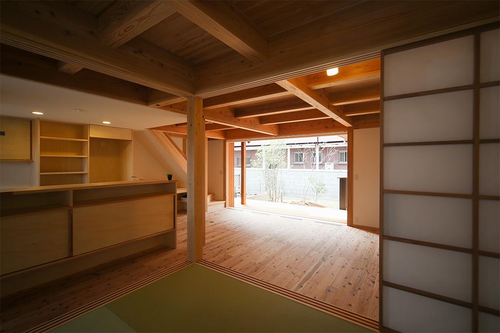加古川市の木の家 和室からリビングを通して庭を見る