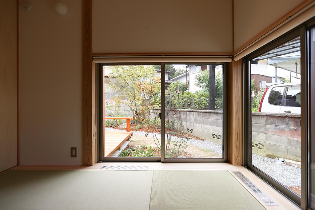 神戸市の木の家 客間から庭を望む