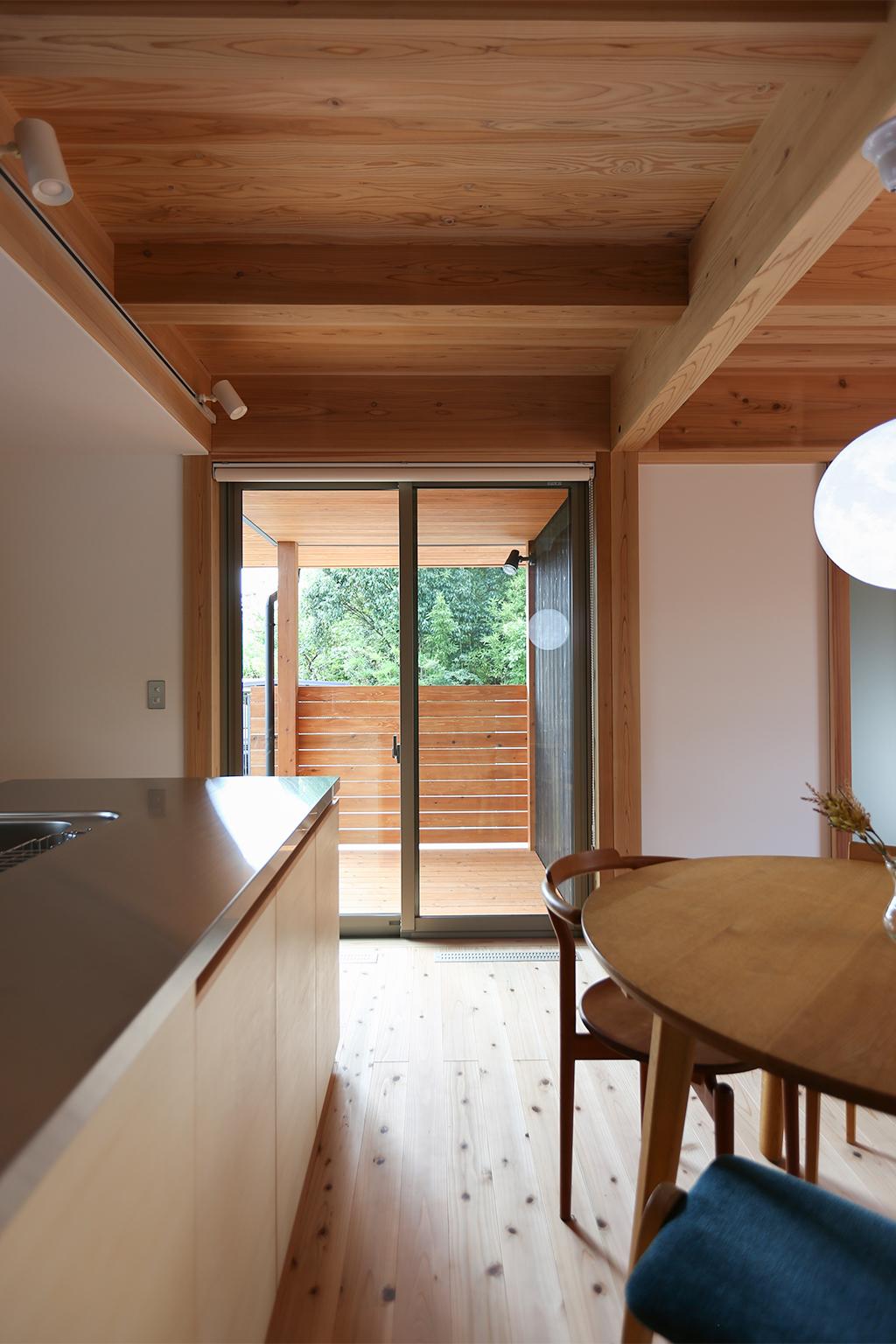 神戸市の木の家 深い軒に守られたウッドデッキ