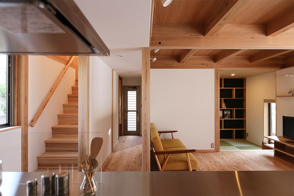 姫路市の木の家 キッチンから1階を見渡す