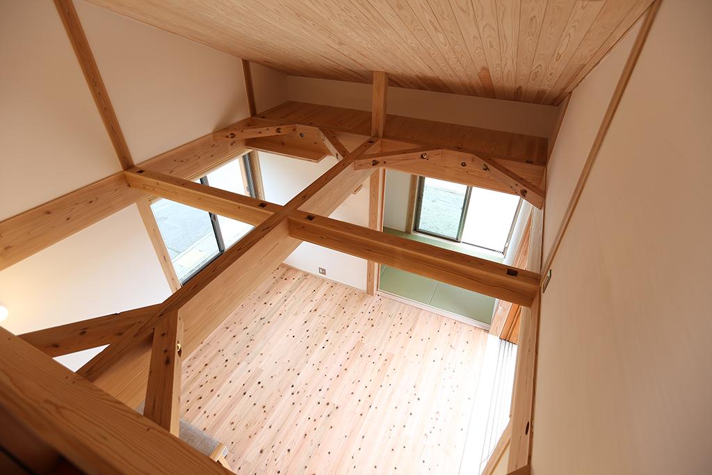 姫路市の木の家 2階からリビングを見下ろす