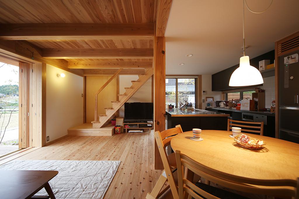 神崎郡の木の家 リビングから1階を見る