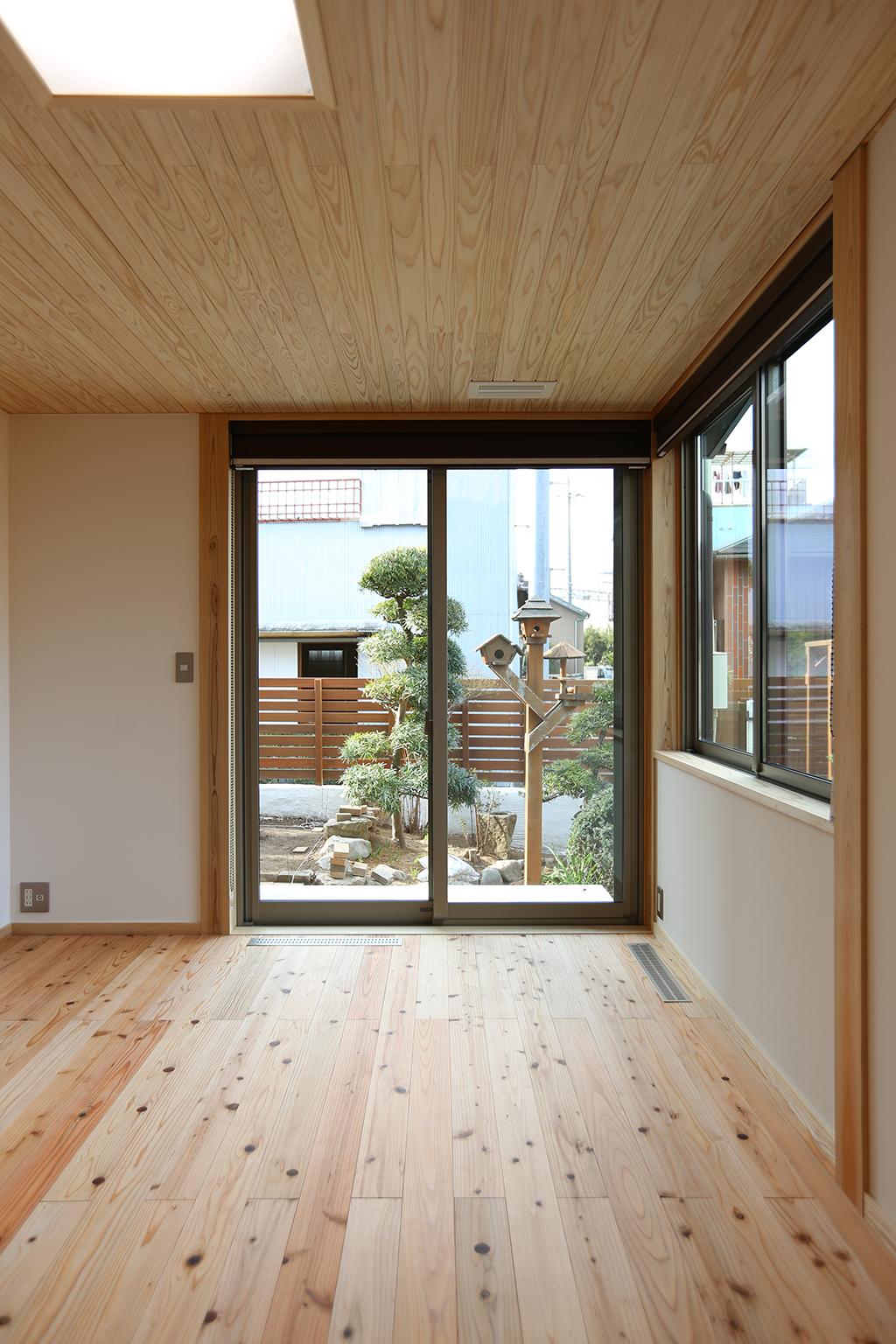 高砂市の木の家 寝室から庭を望む