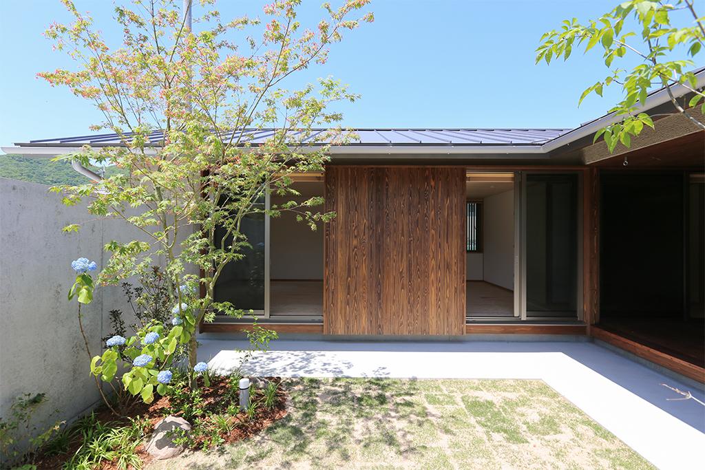 赤穂郡の木の家 庭から室内を見る