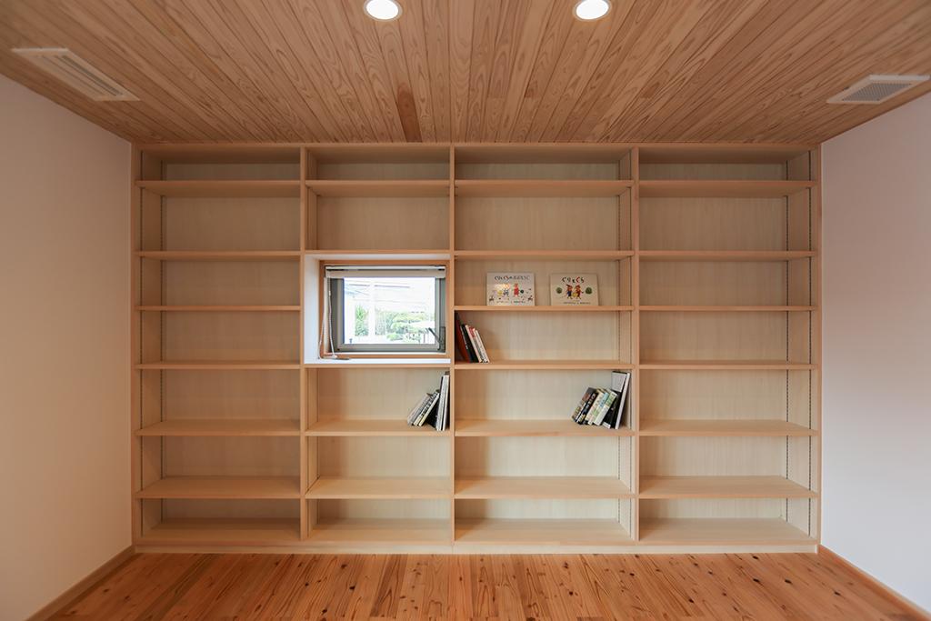 高砂市の木の家 2階セカンドリビングに設けた大容量の本棚
