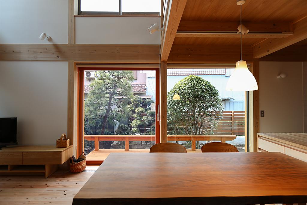 高砂市の木の家 ベンチのあるウッドデッキがLDKに広がりをもたらす