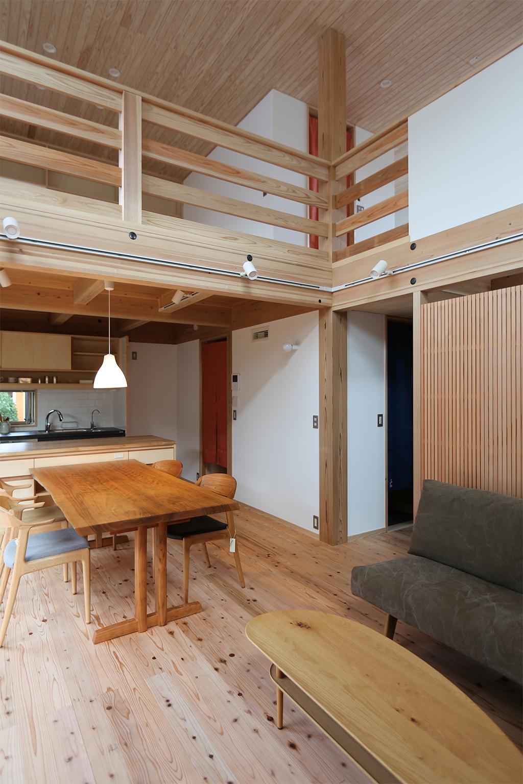 高砂市の木の家 リビングから吹き抜けを介して2階を見る