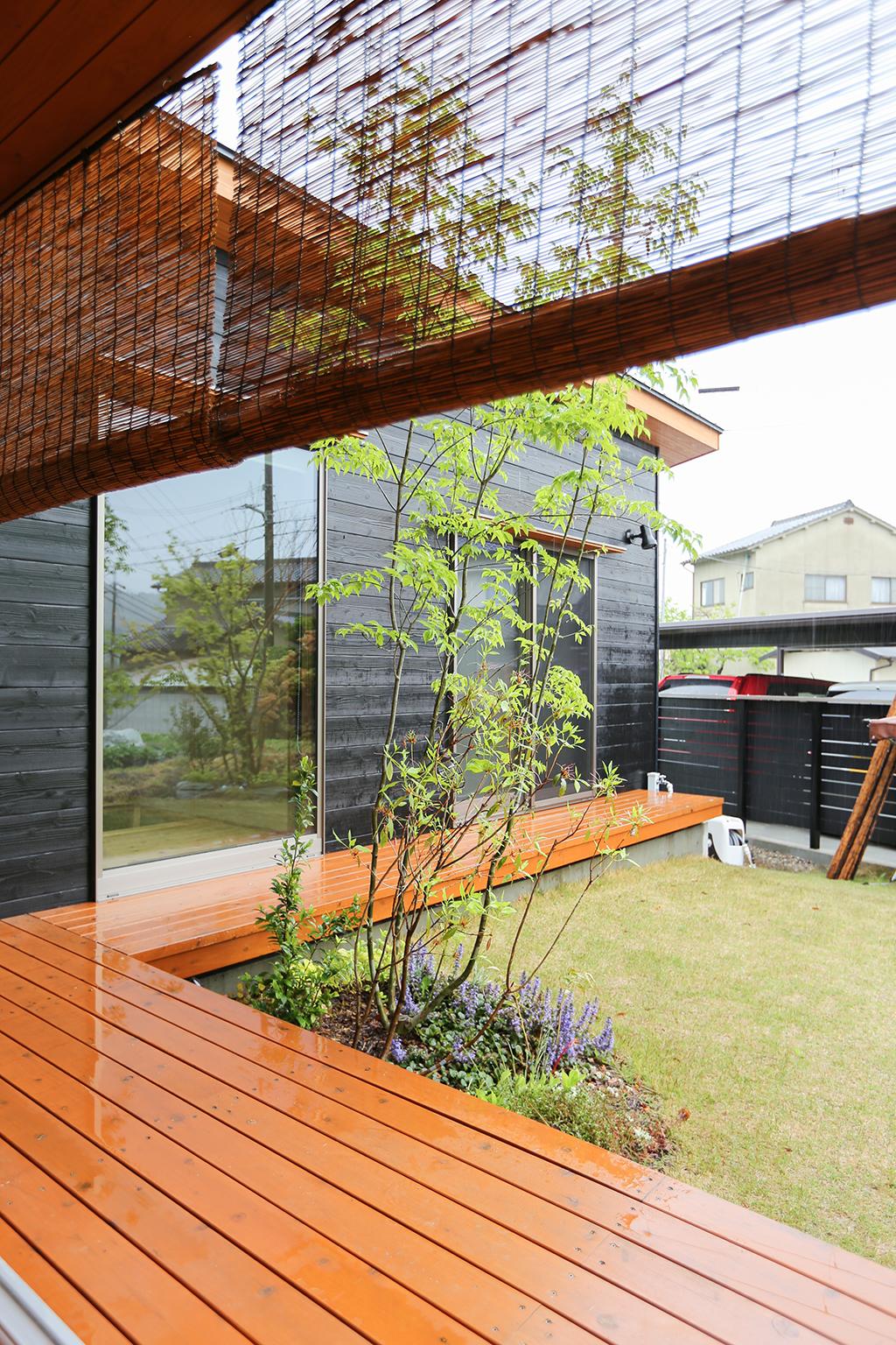 姫路市の木の家 L型でリビングと客間を繋げるウッドデッキ