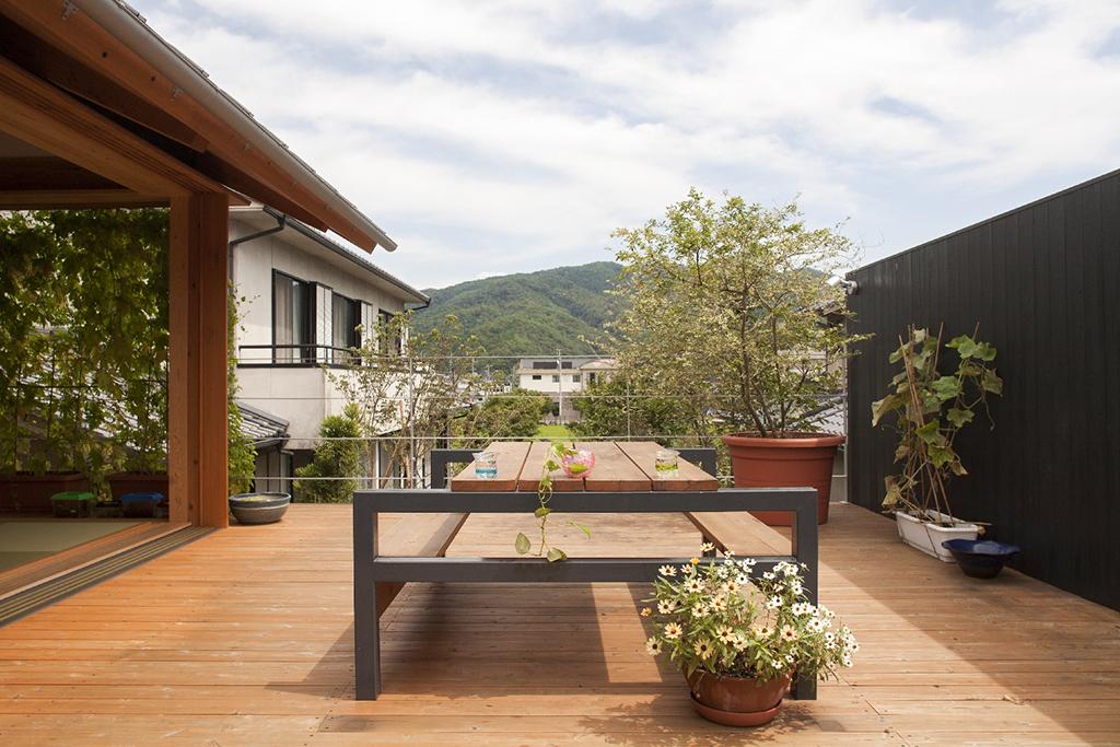 宍粟市の木の家 ベランダデッキから実家の方角を見る