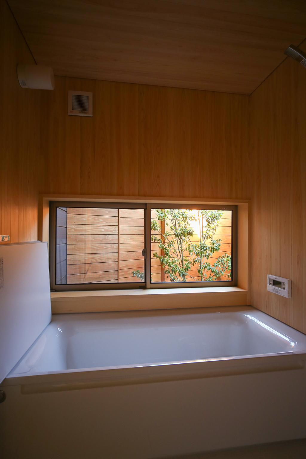 『平屋遊園』桧貼りの浴室