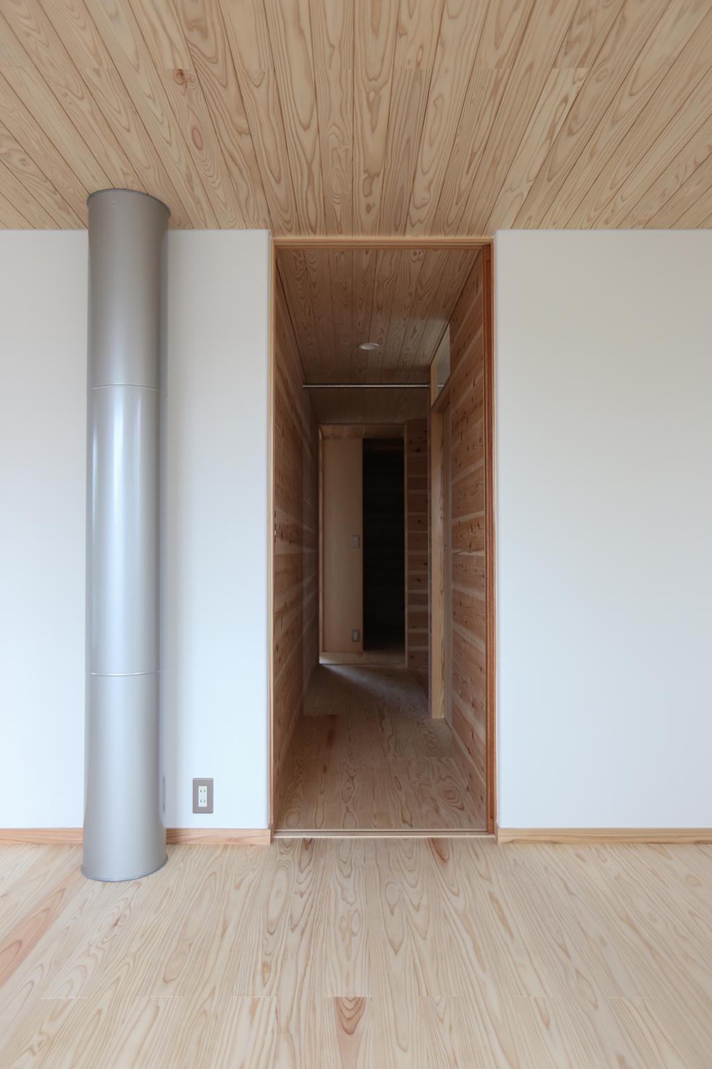 三田市の木の家 寝室からトイレと書斎の方向を見る