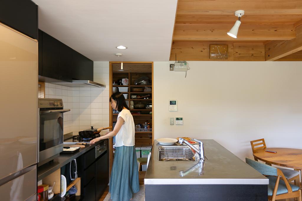 神崎郡の木の家 大容量の収納を備えたヤマヒロオリジナルキッチン。