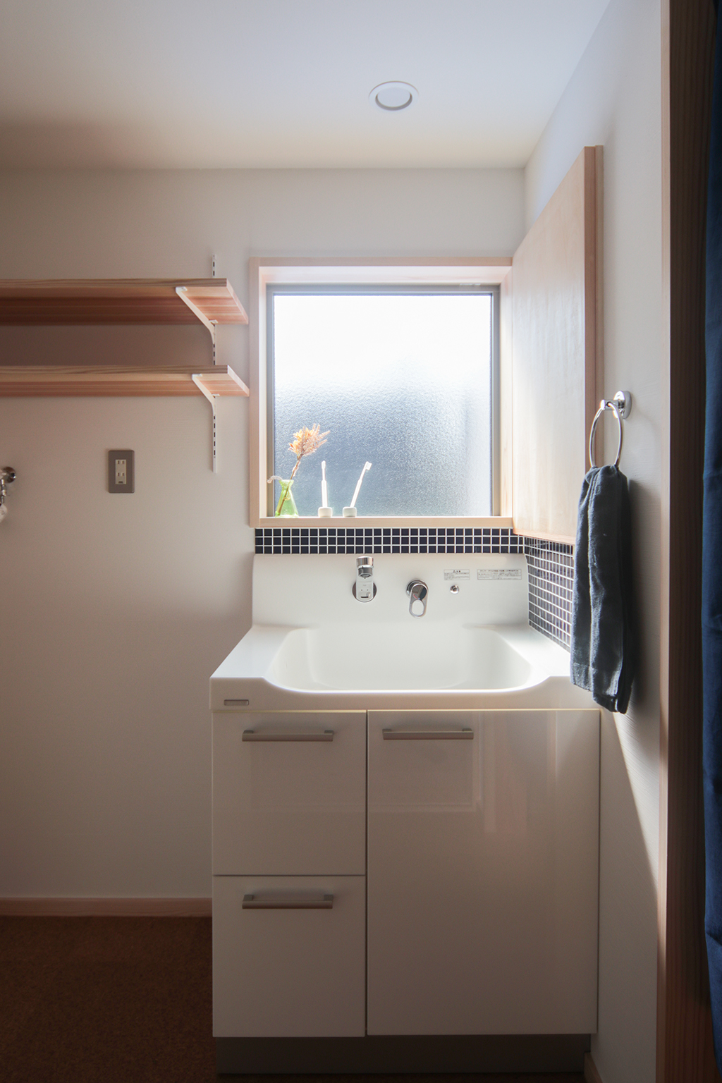 姫路市の木の家 モザイクタイルがアクセントの洗面室