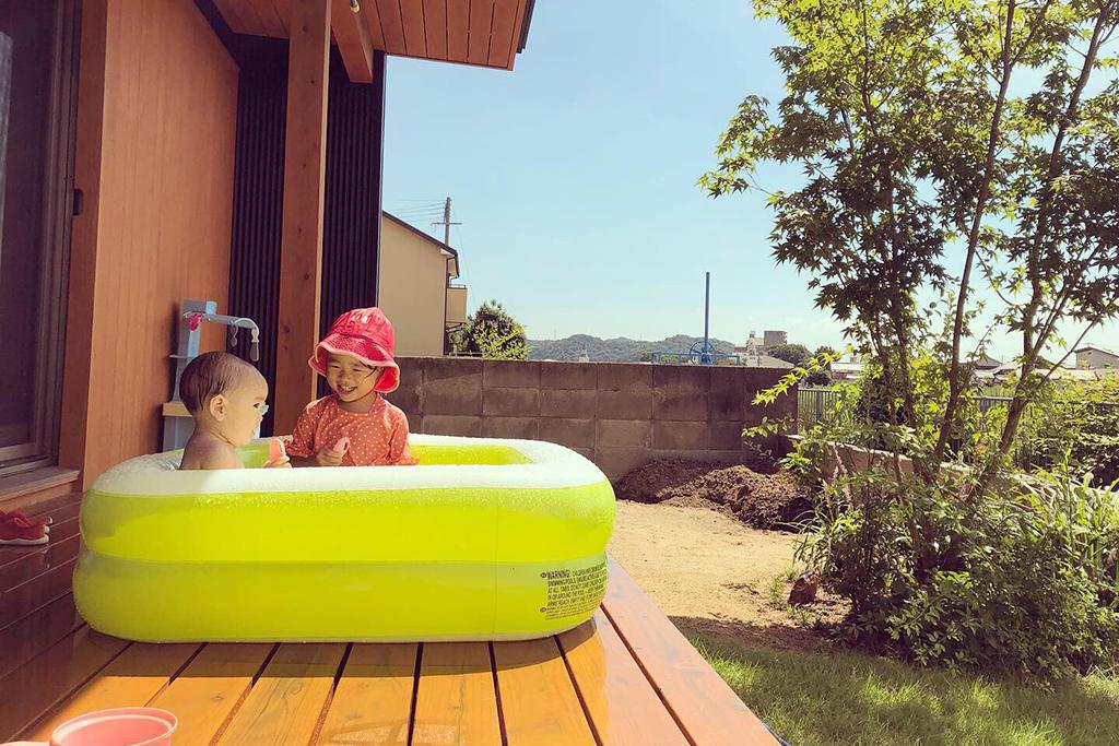 姫路市の木の家 ウッドデッキでプール遊び