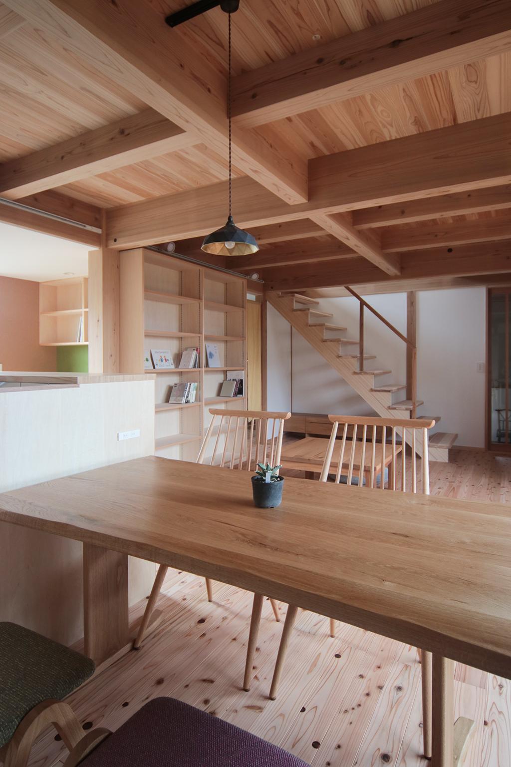 加古川市の木の家 ダイニングから1階を見る