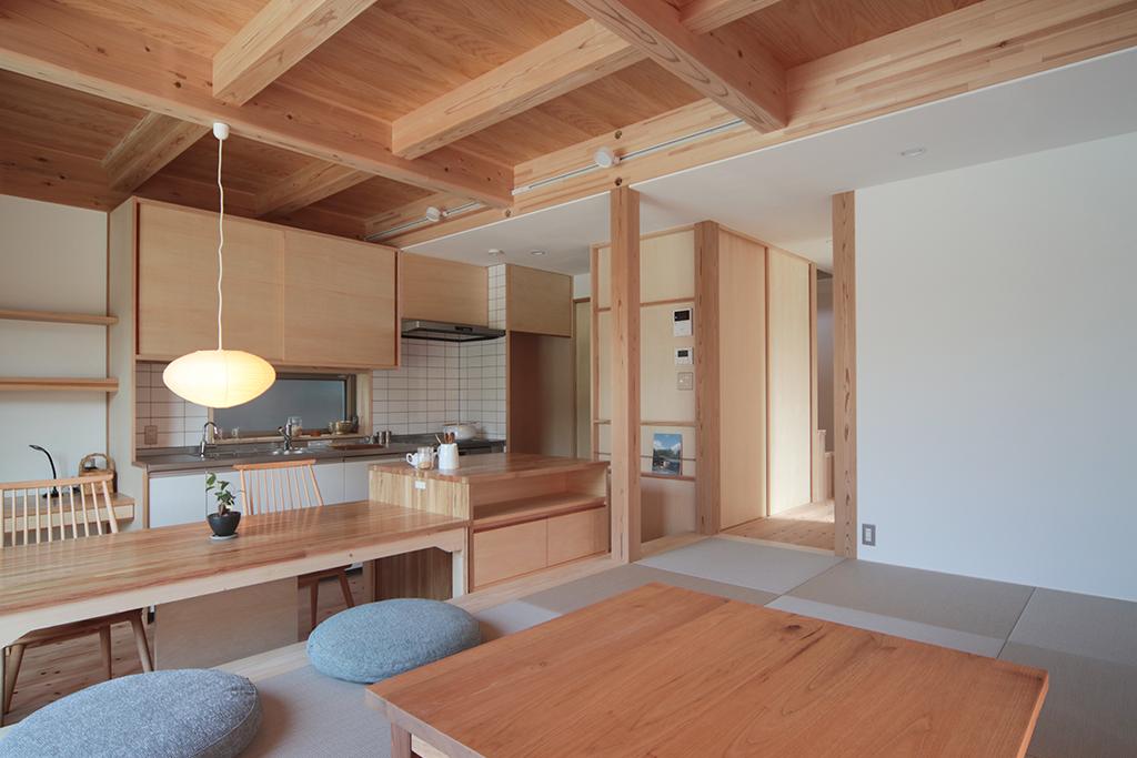 姫路市の木の家 リビングからキッチンを見る