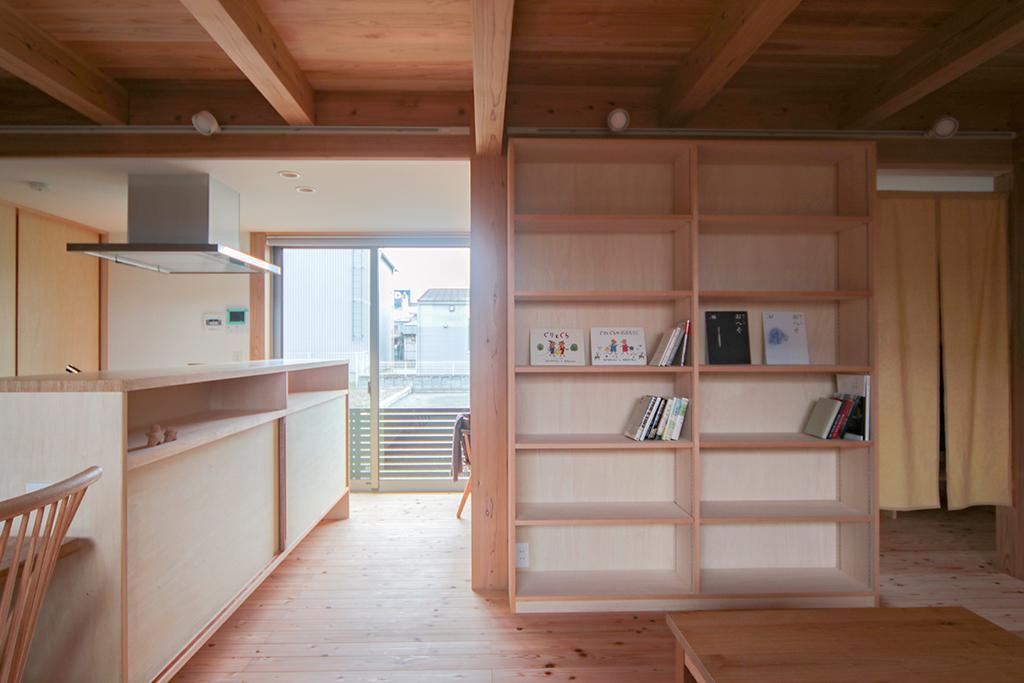 加古川市の木の家 リビングの大容量の本棚