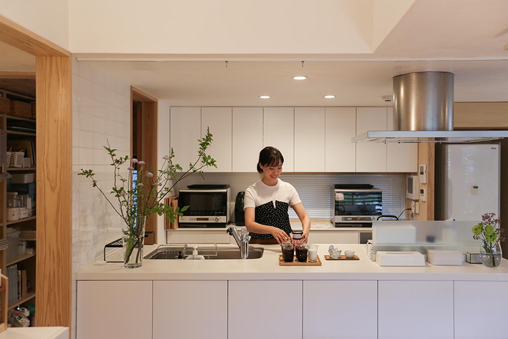 宍粟市の木の家 清潔感漂う白の対面キッチン