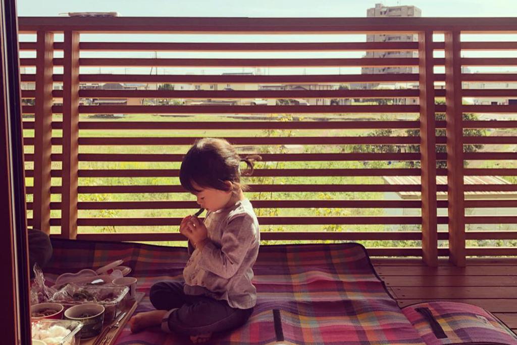 姫路市の木の家 ベランダデッキでピクニック