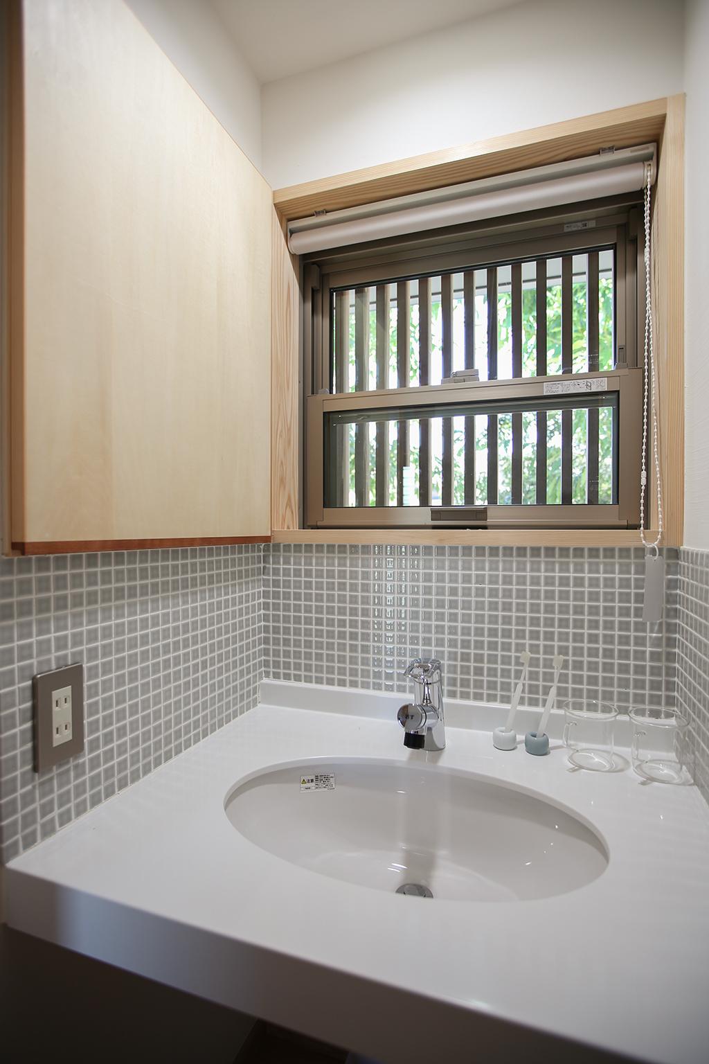 明石市の木の家 モザイクタイルが可愛い造作洗面台
