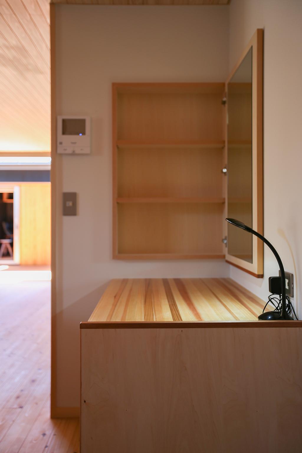 加東市の木の家 鏡のあるお化粧スペース