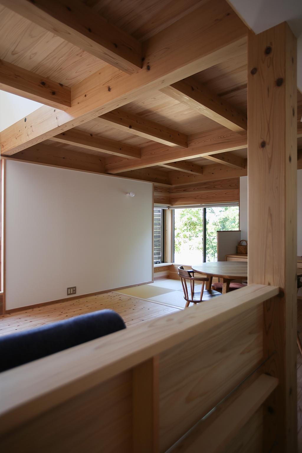 明石市の木の家 ディスプレイ棚のある廊下からリビングダイニングを見る