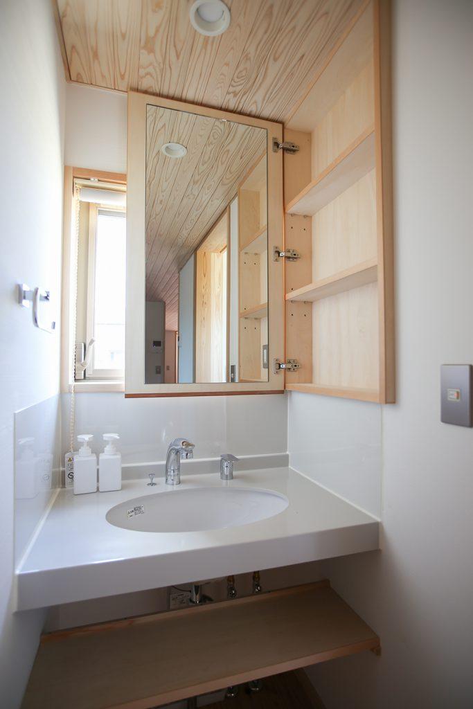 加東市の木の家 独立型の洗面スペース